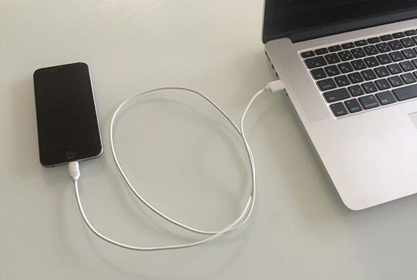 iPhoneとパソコンをUSBケーブルで接続