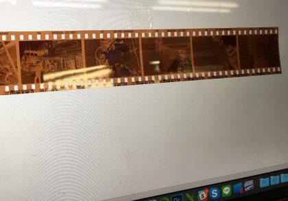 Macbookのディスプレイに貼り付けられたネガフィルム