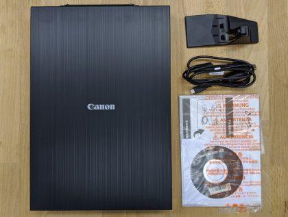 CanoScan LiDE 400内容物(本体、専用スタンド、USB Type AtoC ケーブル、CD-ROM(ソフトウェア)、「かんたんスタートガイド」)