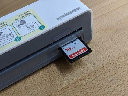 背面にSDカードを入れます